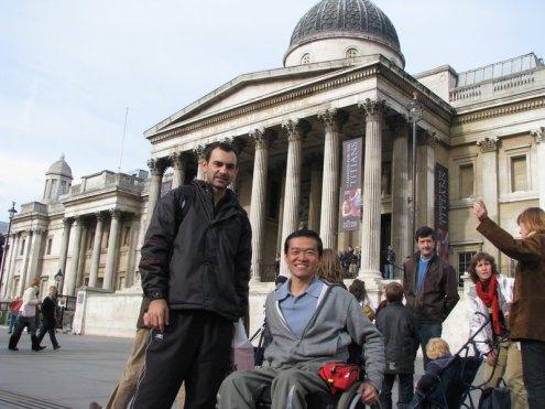 O autor e outras pessoas diante da National Gallery, em Londres