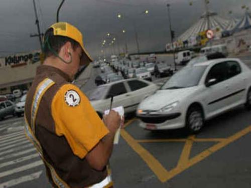 Marronzinho da CET aplica multas na fiscalização do rodízio de carros