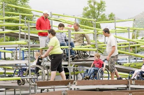 Adultos e crianças experimentam as dificuldades de se locomover com uma cadeira de rodas
