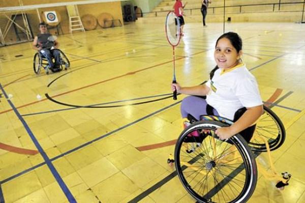 Aos 8 anos, Jade Oliveira faz aulas de natação, badminton e dança. interação social