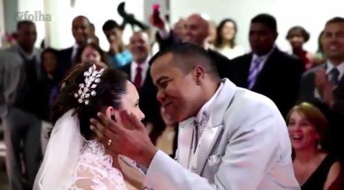 O momento do beijo, após a aceitação do promessa de casamento, é narrada para todos os convidados através da audiodescrição