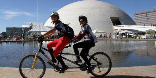 Deficientes visuais são conduzidos através de bicicletas tandem, com dois lugares