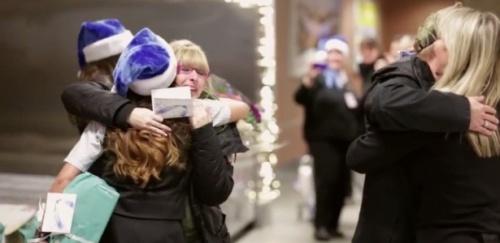 A companhia aérea Westjet surpreendeu passageiros com presentes de Natal pedidos ao Papai Noel