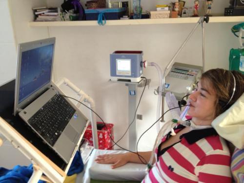 Luciana Novaes, tetraplégica vítima de bala perdida na Universidade Estácio de Sá, passou a utilizar o Motrix, conseguindo autonomia na utilização do computador