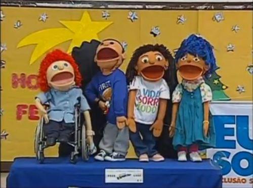O teatro de bonecos 'A turma do Bairro' possui personagens com diferentes tipos de deficiência