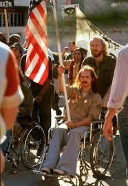 Ron Kovic protesta junto com seus colegas por melhores condições às pessoas com deficiência