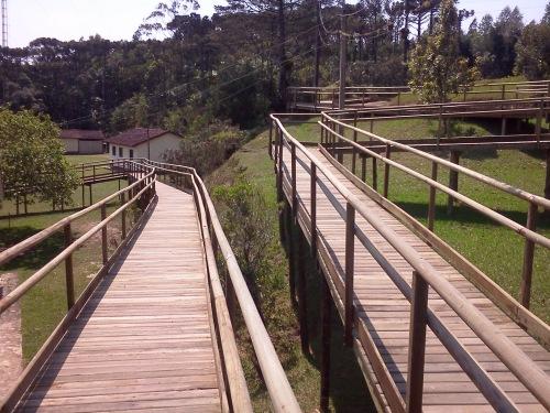 A Trilha das Bromélias tem passarelas em madeira com aproximadamente 300 metros de comprimento