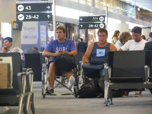 O atendimento à pessoas com Deficiência no Brasil, ainda é responsabilidade da companhia aérea que o passageiro irá embarcar ou desembarcar