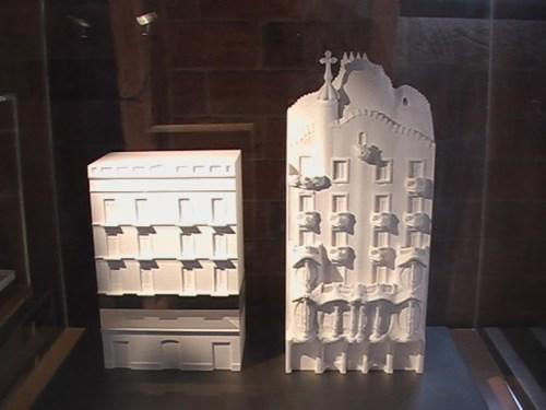 Maquetes táteis comparativas da Casa Batlló antes e depois da reforma que Gaudi promoveu nela a pedido da familia Batlló