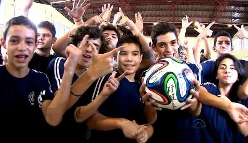 Alunos com deficiência auditiva da Escola Especial Concórdia brincam com a Brazuca, a bola da Copa