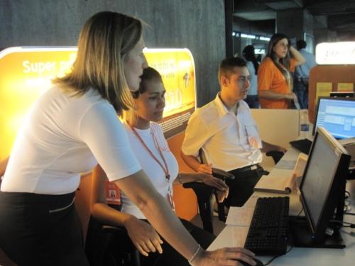 O atendimento a usuários da Língua Brasileira de Sinais será feita com auxílio de intérpretes em uma central que se comunicarão por vídeochamada