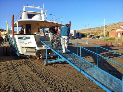 Rampa móvel permite acesso de pessoas com deficiência física ao barco ainda em terra