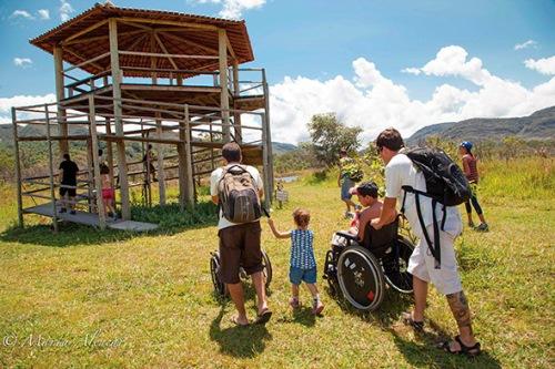 As trilhas são possíveis tendo uma equipe preparada para atender pessoas com deficiência a vencer os obstáculos da natureza