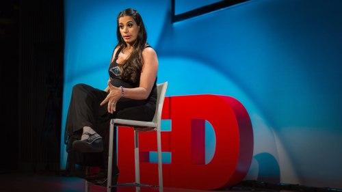"""""""Eu tenho paralisia cerebral. Eu tremo o tempo todo"""", Maysoon Zayid abre-se no início desta palestra emocionante e hilária."""