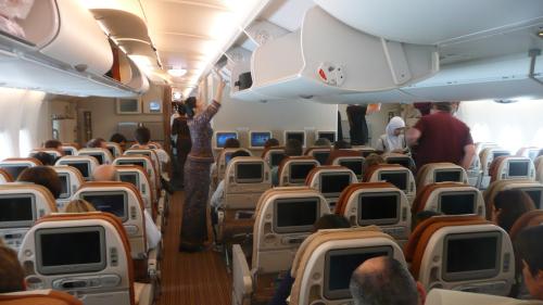 Cabine de passageiros da Emirates oferecem telas individuais com recursos de closed caption e audiodescrição