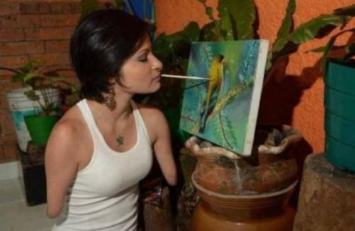 Com apoio da família, a colombiana Zuly Sanguino enfrentou bullying e preconceito e aprendeu a pintar quadros com a boca