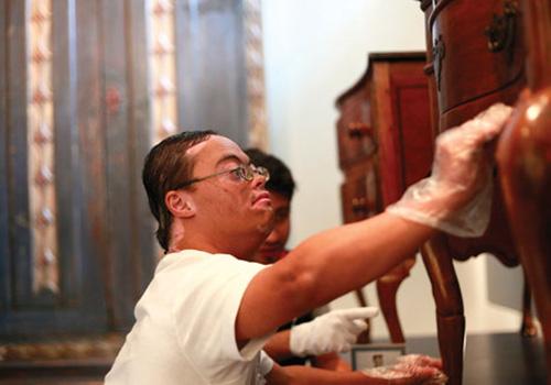 O Museu da Casa Brasileira tem todo o acervo exposto disponível ao toque para pessoas com deficiência visual com uso de luvas