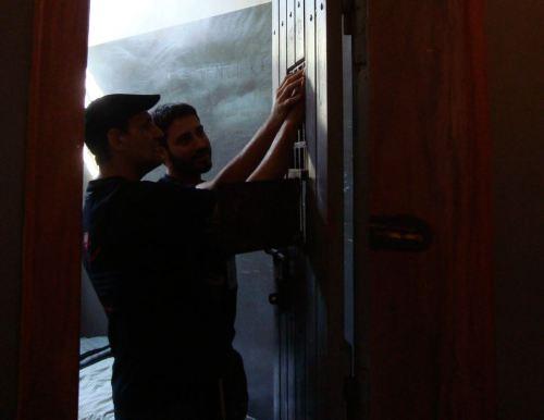 Cegos tocam as portas das celas do Memorial da Resistência, nas visitas guiadas por monitores do projeto Ação Educativa