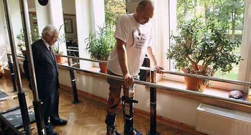 Darek Fidyka ficou paralisado após ser esfaqueado várias vezes em 2010 e não apresentava sinais de recuperação; tratamento é inédito no mundo.