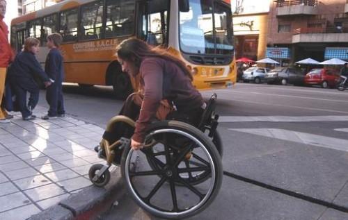'Es imposible avanzar por estas calles sin la ayuda de un acompañante', dijo uma turista com discapacidad