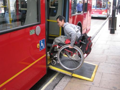O tradicional ônibus Londrino oferece acessibilidade para cadeirantes, com rampas automáticas e 100% da frota acessível.