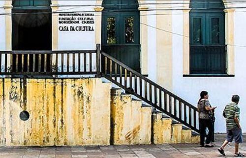 Para assistir aula de música, cadeirante obrigado a enfrentar obstáculos. Na Casa da Cultura pessoas são obrigadas a subirem escadas.