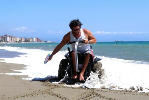 A Genny Mobility tem versões esportivas, com rodas mais largas, que permitem andar em superfícies como areia, neve e terra com facilidade