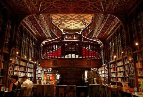 A Livraria Lello e Irmão não possui recursos de acessibilidade para uma visitação total, mas é possível entrar para apreciar sua beleza interna