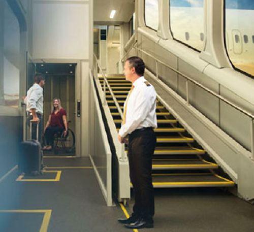 Além da escada, há um elevador para cadeirantes com capacidade de até 225 quilos.