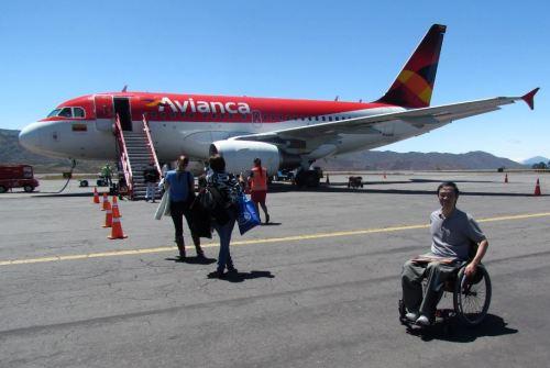 Cadeiras de rodas obrigatoriamente são transportadas como bagagem no porão, porém sem o cuidado necessário
