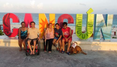 Cadeirante Ricardo Shimosakai e colegas turistas cegos são acompanhados por guias de turismo em visita à Cancun no México