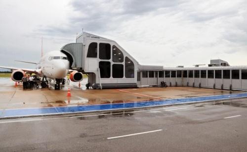 Sistema de conectores climatizados fazem a interligação ao nível do solo entre salas de embarque e desembarque e aeronaves, com acessibilidade