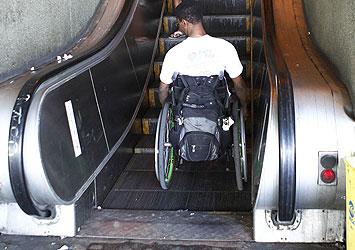 Tres de los escalones se muevan verticalmente y se conviertan en una plataforma plana a la que podrá acceder con su silla de ruedas