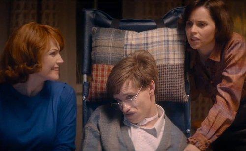 A história do cientista Stephen Hawking, portador de Esclerose Lateral Amiotrófica é interpretada brilhantemente