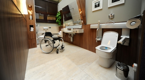O banheiro não deve perder a beleza e o design só porque precisa ter acessibilidade.