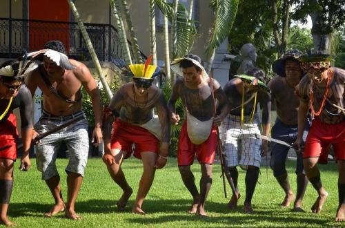 Atividades com danças e cantos Fulni-ô, pintura corporal Kuikuro e  muita interatividade com o público
