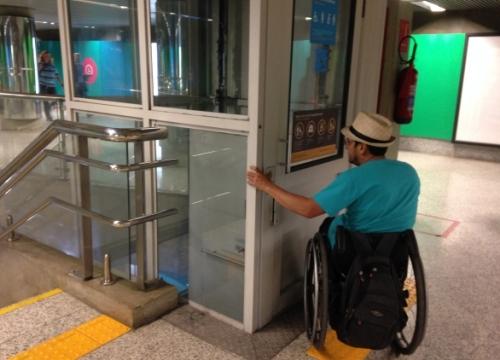 Cadeirante tem dificuldades em acessar estação do metrô do Rio