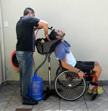 Cadeiras adaptadas, tesouras, secadores, produtos químicos e até um lavatório são levados na van