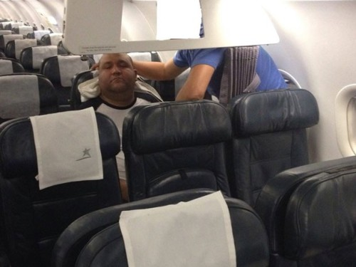 Felipe Esteves precisou ser carregado por amigos para sair do avião