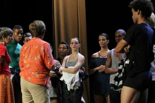 Hulda Bittencourt, fundadora da Cisne Negro, conversa com bailarinos em ensaio, que também é acompanhado por quem fará a narração do espetáculo
