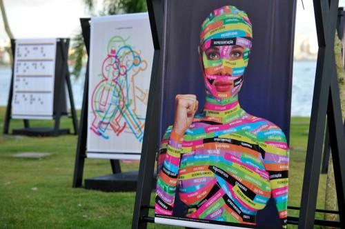 Mostra de cartazes sobre acessibilidade faz parte da Bienal Brasileira de Design em Florianópolis.