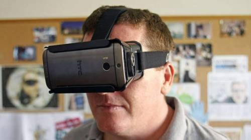 Un hombre prueba la aplicación para smartphones que los transforma en unas gafas electrónicas que facilita la visión a personas con discapacidad visual.
