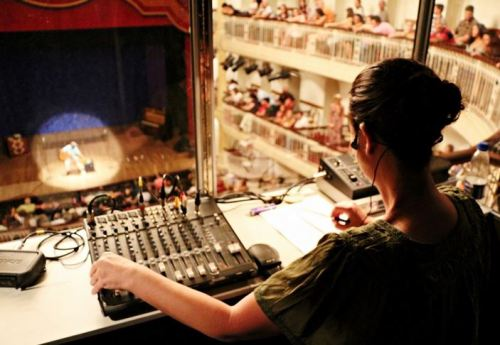 A audiodescrição é um dos itens indicados para se conseguir acessibilidade em produções audiovisuais