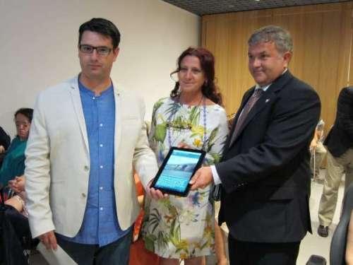 García, Chounavelle y Palacios muestran la 'app' en una tablet