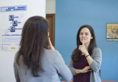 La intérprete Cristina Martínez habla en lengua de signos