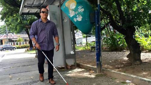 Marcos Antonio Oliveira, estudante de Ciência da Computação, testando o AnnuitWalk, óculos criado para ajudar deficientes visuais a caminhar com mais segurança