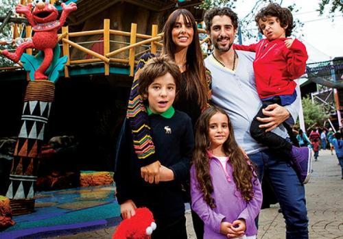 Marcos Mion e a mulher, Suzana Gullo, com os filhos, Romeo, Donatella e Stefano na área Sesame Street of Fun, no Busch Gardens, em Tampa