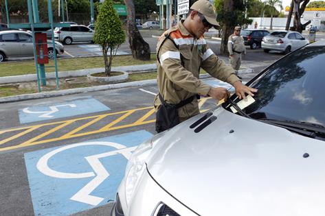 Operação do Manaustrans multa quem estaciona em local destinado a idosos e deficientes