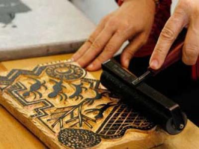A xilogravura é produzida através de uma matriz entalhada na madeira, o que facilita a compreensão de pessoas com deficiência visual