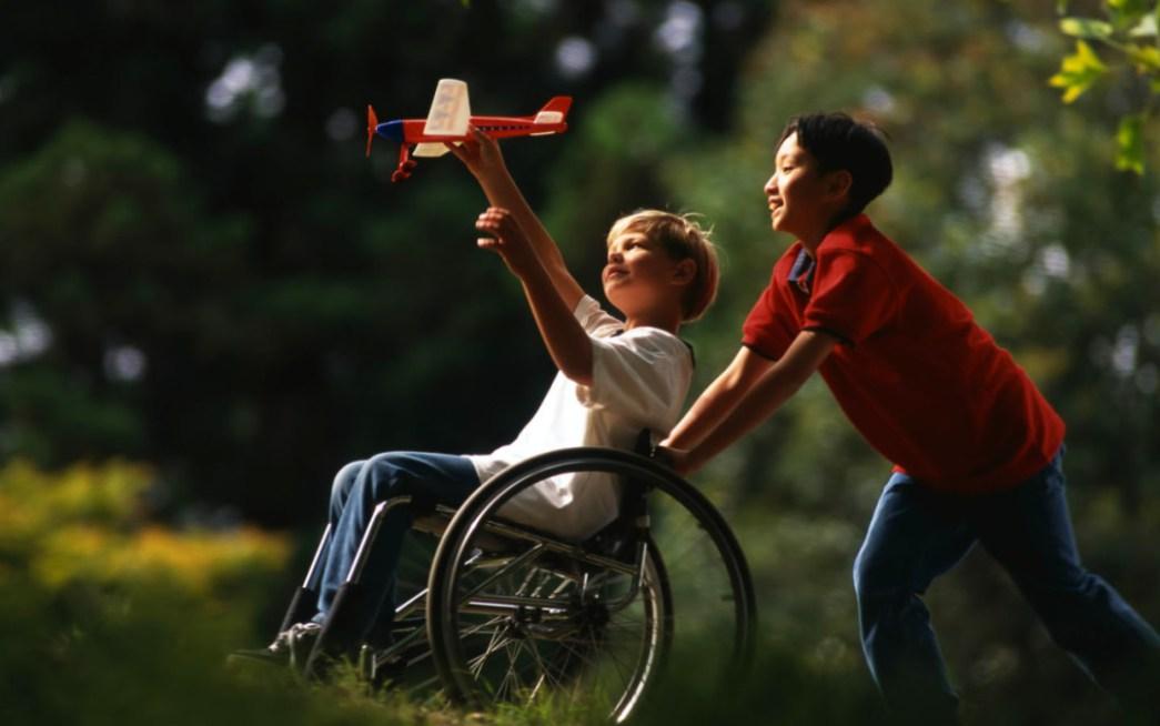 Resultado de imagem para criança empurrando a cadeira de rodas